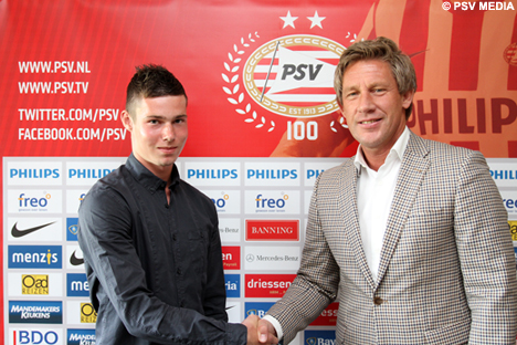 Marcel Brands feliciteert Sander met zijn contract.