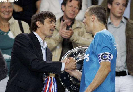 Phillip Cocu presented the Johan Cruijff Shield last season, but not to PSV captain Timmy Simons.