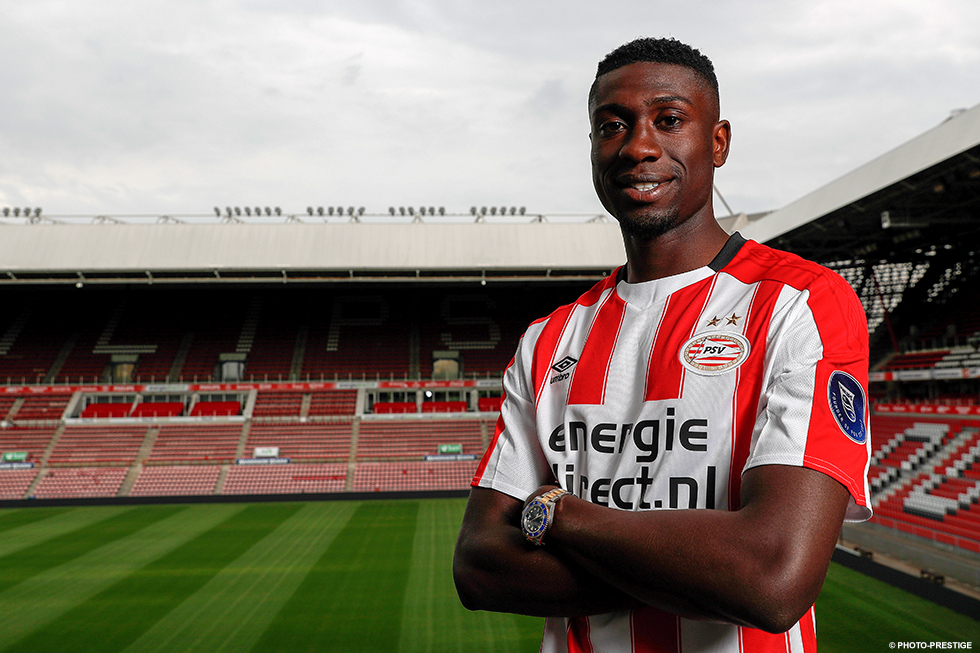 Derrick Luckassen poses in a PSV shirt for the first time