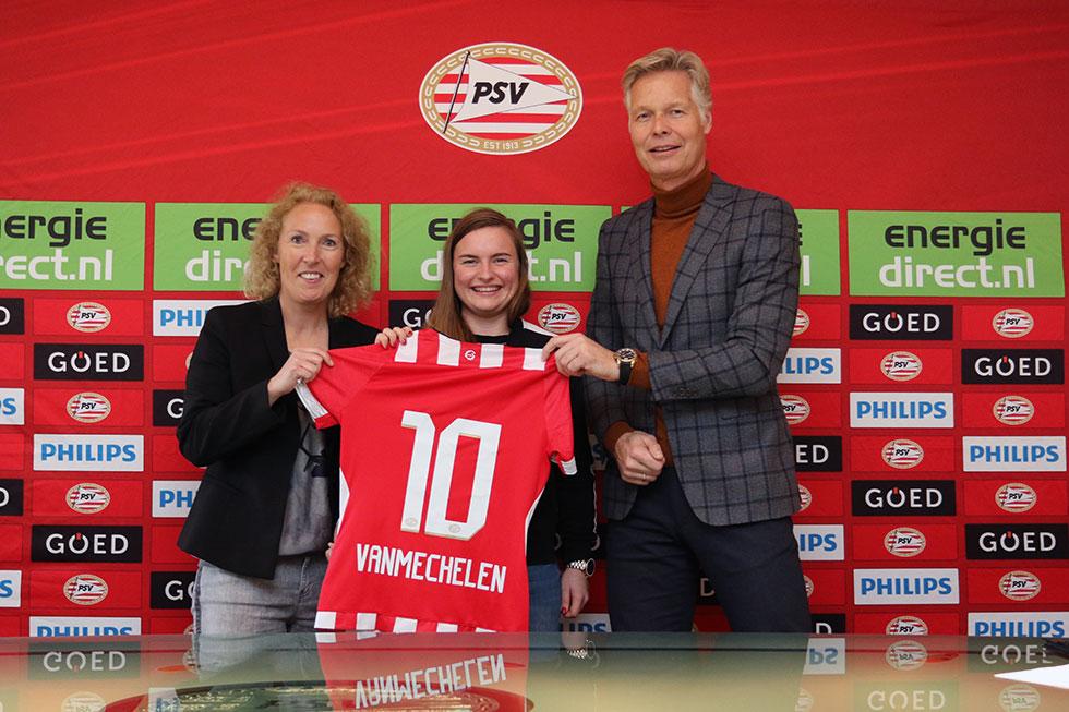 Namens PSV zetten Sandra Dorelijers (links) en Peter Fossen (rechts) hun handtekening