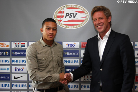 Technical manager Marcel Brands shakes hands with Depay.