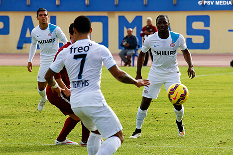 Jetro Willems vies for the ball with a Sparta Prague player.