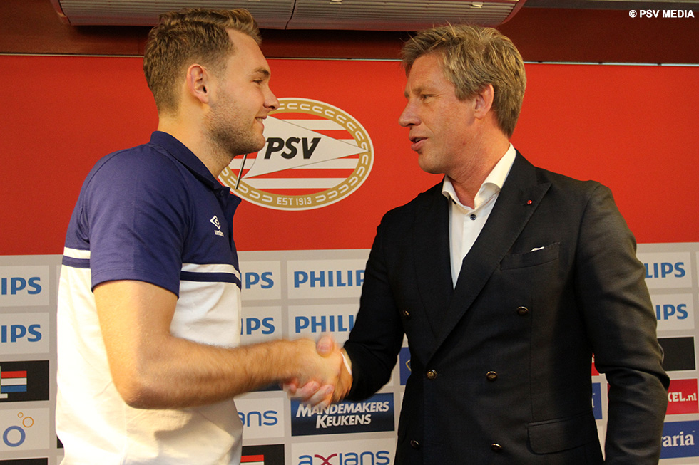 Marcel Brands and Jeroen Zoet shake hands | © PSV Media