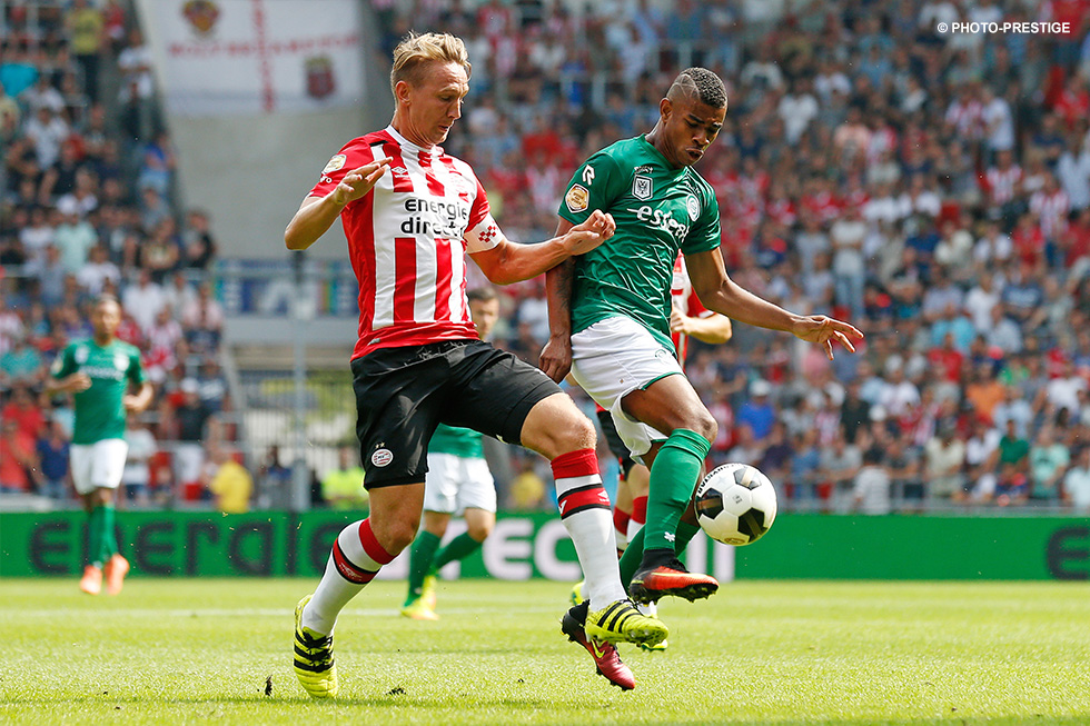 De Jong vies for the ball with Bacuna, who was shown a red card on 32 minutes