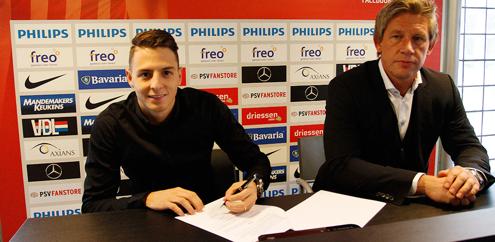 Santiago Arias signs new deal